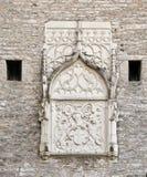 Basrelief på den stora kust- porten i Tallinn royaltyfria foton