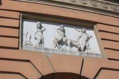 Basrelief på fasaden av byggnaden royaltyfria bilder
