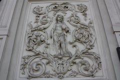 Basrelief på fasaden av Petersburg arkivfoto