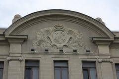Basrelief p? fasaden av byggnaden royaltyfria bilder