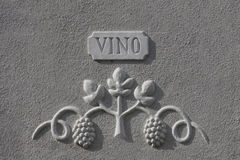 Basrelief som visar druvor, med inskriftvinet Arkivbilder