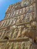 Basrelief visar vakter - krigare av konungen Forntida l?ttnad p? v?ggen av den f?rst?rda staden av Persepolis iran royaltyfri fotografi