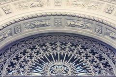 Basreliefen arkitektoniskt byggnadsdetaljtak Royaltyfri Foto