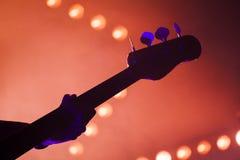 Bass-Gitarre über hellen unscharfen Stadiumslichtern Stockfoto