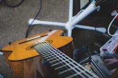 Bass-Gitarre auf Stand - Spitze hinunter Ansicht lizenzfreie stockfotografie