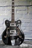 Bass-Gitarre Gretsch des kurzen Leiters auf weißem Ziegelsteinhintergrund Lizenzfreie Stockfotografie