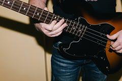 Bass-Gitarre reiht Nahaufnahme auf Abbildung kann für verschiedene Zwecke benutzt werden Stockbilder