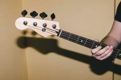 Bass-Gitarren-Riffnahaufnahme Abbildung kann für verschiedene Zwecke benutzt werden Lizenzfreie Stockbilder