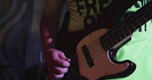 Bass-Gitarrennahaufnahme stock video footage