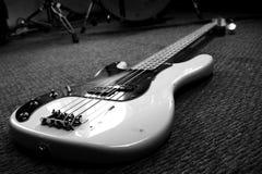 Bass Guitar In Music Studio Instrumentos musicales y equipo imagen de archivo libre de regalías