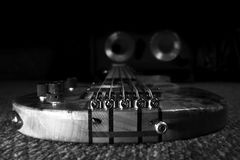 Bass Guitar In Music Studio Instruments de musique et équipement photographie stock