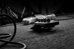 Bass Guitar In Music Studio Musikinstrumente und Ausrüstung lizenzfreie stockfotografie