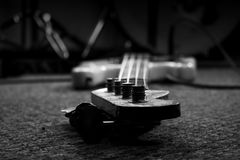 Bass Guitar In Music Studio Musikinstrumente und Ausrüstung lizenzfreies stockfoto