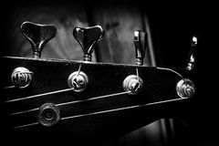 Bass Guitar In Music Studio Musikinstrumente und Ausrüstung Stockfotos