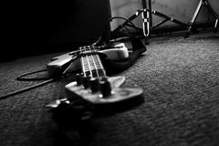 Bass Guitar In Music Studio Muzikaal instrumenten en materiaal Royalty-vrije Stock Fotografie