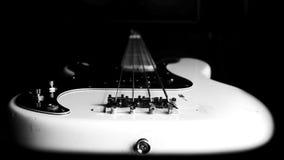 Bass Guitar In Music Studio Muzikaal instrumenten en materiaal Stock Afbeelding