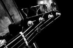 Bass Guitar In Music Studio Muzikaal instrumenten en materiaal Royalty-vrije Stock Foto