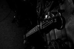 Bass Guitar In Music Studio Muzikaal instrumenten en materiaal Royalty-vrije Stock Foto's