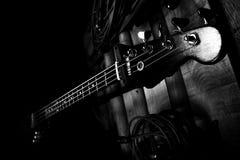 Bass Guitar In Music Studio Muzikaal instrumenten en materiaal Stock Foto