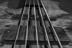 Bass Guitar In Music Studio Muzikaal instrumenten en materiaal Stock Fotografie