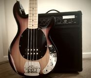 Bass Guitar och förstärkare Royaltyfri Bild
