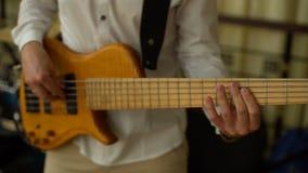 Bass Guitar Player Playing en la etapa almacen de metraje de vídeo
