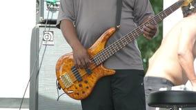 Bass Guitarist che si scalda prima di un concerto stock footage
