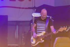 Bass Guitarist e jogador Markus Bodenseh do contrabaixo de Jazz Ensemble De-Phazz Performing mundialmente famosa no Um-Fest foto de stock