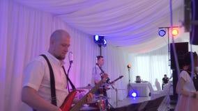 Bass Guitarist gioca la chitarra Prestazione di un gruppo musicale su una festa video d archivio