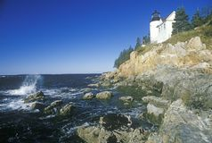 Bass Harbor Head Light Lighthouse en bahía azul de la colina en Maine, YO Imagen de archivo