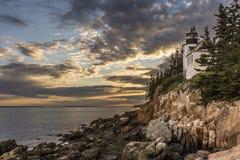 Bass Harbor Head Lighthouse bei dem Sonnenuntergang dunkler Stockbild