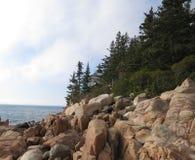 Bass Harbor Lighthouse dalle rocce Fotografie Stock Libere da Diritti