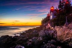 Bass Harbor Lighthouse en la puesta del sol, en parque nacional del Acadia, Maine Imagenes de archivo