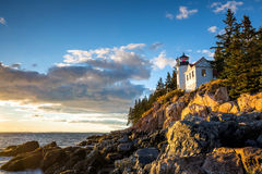 Bass Harbor Lighthouse på solnedgångAcadianationalparken Arkivbild