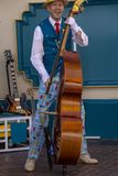 Bass Player amuse des invités à l'aventure de la Californie de Disney photos stock