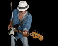 Bass Player på svart utför royaltyfria bilder