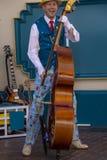 Bass Player unterhält Gäste an Disneys Kalifornien-Abenteuer stockfotos