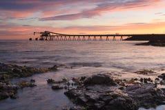 Bass Point Cargo Loader Pier bei Sonnenaufgang Stockfoto