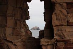 Bass Rock från den Tantallon slotten royaltyfri fotografi