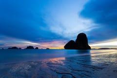 Bassa marea al tramonto nella baia splendida di Railey, Tailandia Fotografie Stock Libere da Diritti