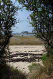 Bassa marea Locmariaquer, Bretagna, Francia immagine stock