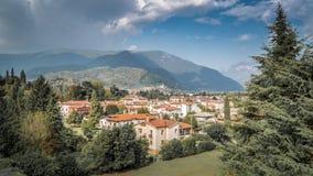 Bassano del Граппа с домами стиля mediteran и холмами на заднем плане Alpini в Виченца, Италии стоковые фотографии rf