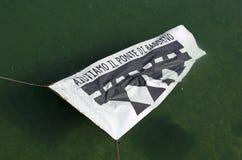 Bassano del Граппа, VI, Италия 22 могут 2016 знамя для того чтобы поднять фонд Стоковая Фотография RF