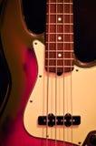 Basse électrique de jazz sur le fond noir Photo stock