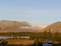 Basse formation menteuse de nuage entre deux montagnes Images libres de droits