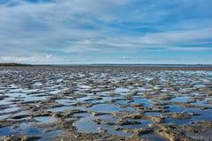 Basse mer sur la ville de Haapsalu de côte photographie stock libre de droits