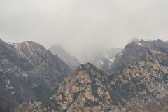 Basse opacité avec un brouillard dans les montagnes d'hiver images libres de droits