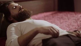 Basse section d'homme d'affaires dormant près du bagage dans la chambre d'hôtel clips vidéos