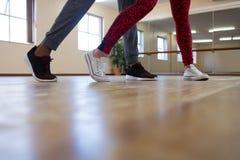 Basse section de la danse d'amis Image libre de droits