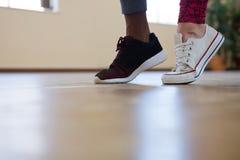 Basse section des amis dansant sur le plancher Photos stock